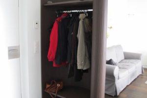 Garderobe aus Schlitzholz
