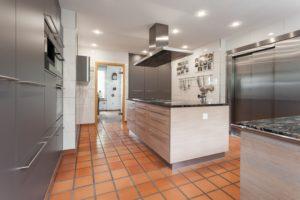 Kläger Küchen - grosszügige Küche mit Kochinsel
