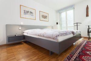 Bett mit Lederrückwand