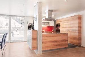 Küche von Kläger - Front in Apfelbaum furniert mit durchlaufendem Holzbild