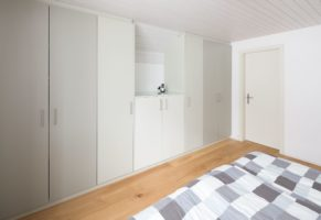 Zimmerschrank in Dachschräge dreifarbig lackiert