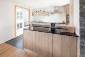 Küche mit schwarzer Granitabdeckung und Kirschbaum Dekor