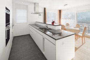 Küche mit Griffmulden und weissem Dekor
