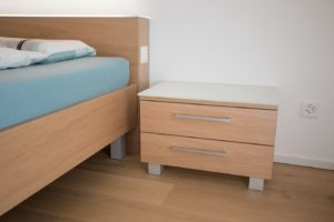 Bett und Nachttischli Eiche furniert