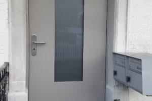 Haustüre mit satiniertem Glas und vorgehängtem Aluminiumdoppel
