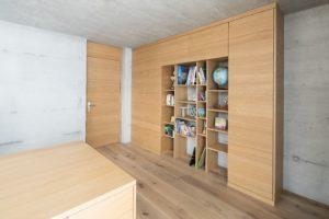 Schrank und Schreibtisch in Eiche furniert gebürstet und farblos lackiert
