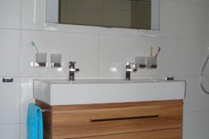 Waschtischunterbau in Dekor Zwetschge mit Handtuchhalter