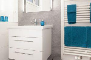 Waschtischunterbau weiss mit zwei Schubladen - Spiegel mit Anbauleuchten