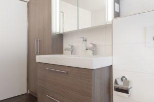 Badmöbel in Holzdekor - Spiegelschrank teilgeäzt mit Hinterleuchtung