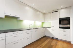 Kläger Küchen - Küche mit beschichteter Front in Dekor Magnolia und Naturstein Arbeitsfläche Steel Grey