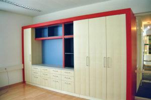 Büroschrank Ahorn furniert - Umrandung rot lackiert