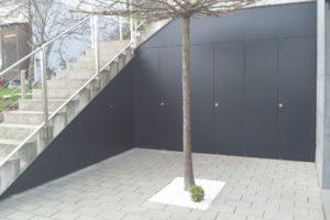 Schrankfront anthrazit bei Treppenuntersicht im Aussenbereich