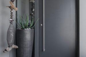 Haustüre anthrazit mit Stossgriff und Seitenteil mit Glas