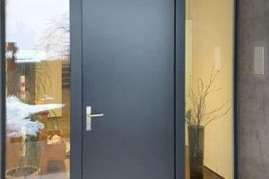 Haustüre anthrazit mit zwei Seitenteile und Oblicht