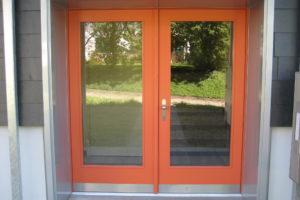 Zweiflüglige Eingangstüre mit grossen Glasfelder